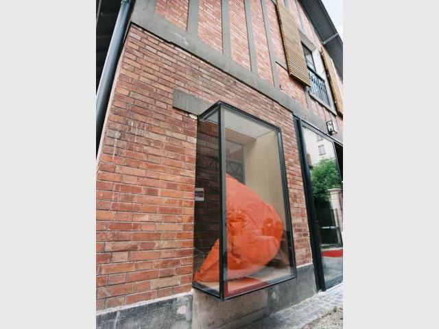 1 ancien atelier transform en maison de famille for Decoration facade fenetre