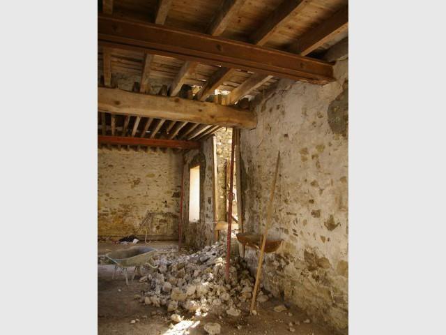 r nover une grange du xviie si cle en une maison d 39 h tes. Black Bedroom Furniture Sets. Home Design Ideas