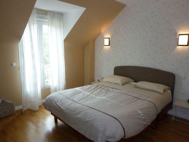 Une maison de 400 m2 s 39 offre un relooking d co complet for Dimension chambre parentale