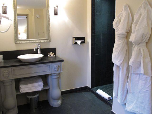 Salle de douche dans une chambre - Hôtel Le Sauvage à Besançon