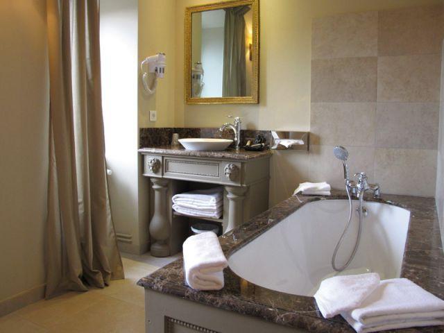 Salle de bains avec baignoire et marbre - Hôtel Le Sauvage à Besançon