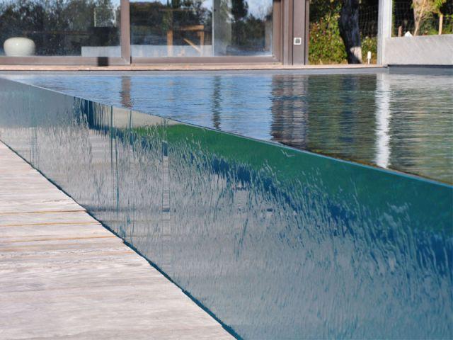 Une piscine qui joue la transparence totale for Carre bleu piscine