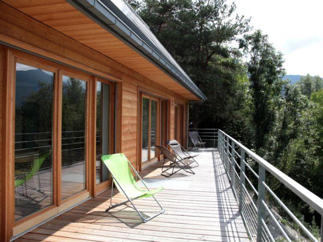 b ton bois et zinc pour un chalet bbc lumineux. Black Bedroom Furniture Sets. Home Design Ideas