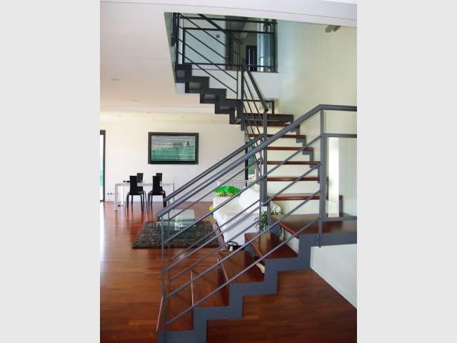 Une imposante maison contemporaine construite en pleine pente for Escalier maison contemporaine