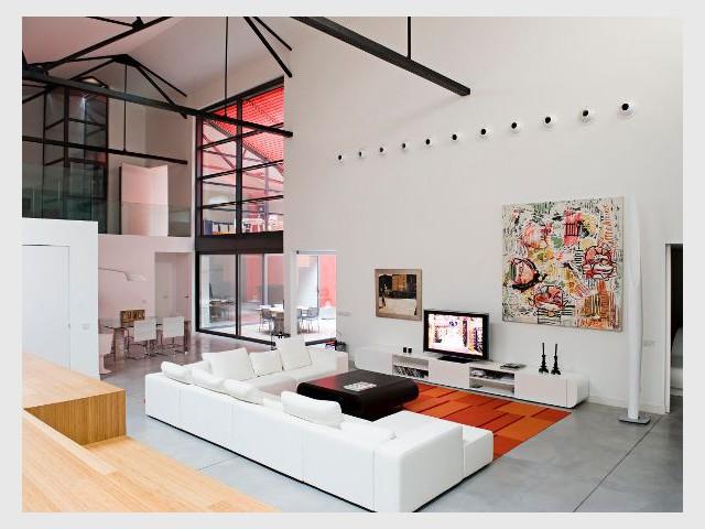 d 39 un garage auto un loft surdimensionn. Black Bedroom Furniture Sets. Home Design Ideas