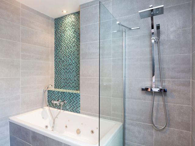 l'effet dynamisant du carrelage dans une salle de bains - Carrelage Salle De Bain Petit Carreaux