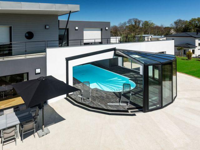 Une v randa r tractable au coeur d 39 une maison bretonne for Veranda moderne piscine