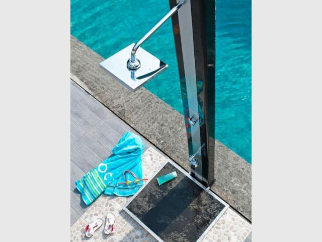10 douches d 39 ext rieur pour agr menter votre piscine - Pommeau douche castorama ...