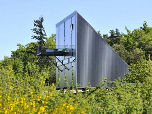 une maison acier en forme de triangle. Black Bedroom Furniture Sets. Home Design Ideas