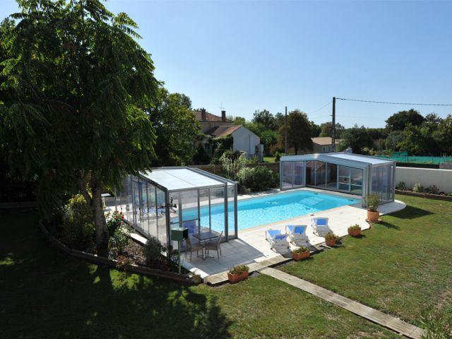 La pose d 39 un abri t l scopique sur une piscine en charente for Abri piscine telescopique sans rail