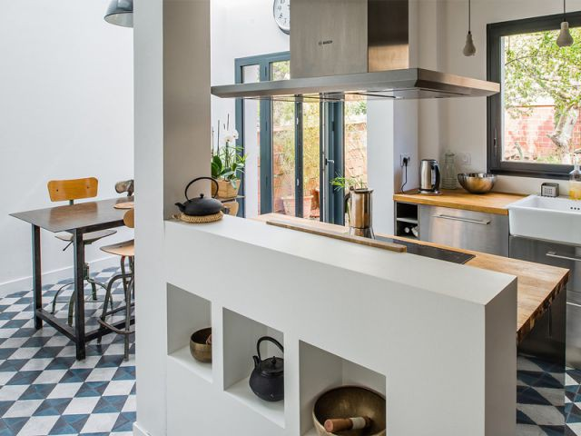 Intégration de meubles chinés dans la cuisine - Une maison de ville au décor industriel
