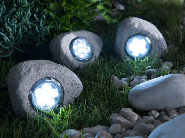 Des lampes incrustées dans des faux galets