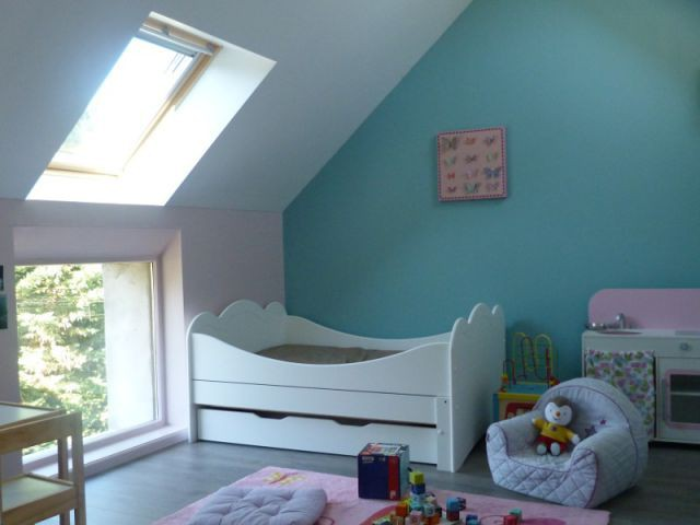 Une décoration joyeuse et stimulante - Un grenier inexploité rénové en chambre pour enfants