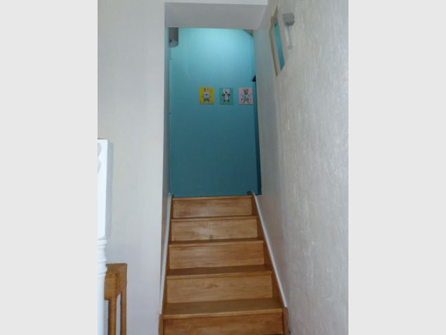 Un petit escalier à la place de l'ancienne trappe d'accès au grenier - Un grenier inexploité rénové en chambre pour enfants