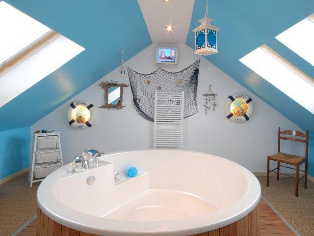10 inspirations pour am nager ses combles - Salle de bain marine ...