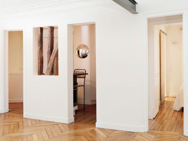 du bois et des ouvertures mettent en lumi re un appartement. Black Bedroom Furniture Sets. Home Design Ideas