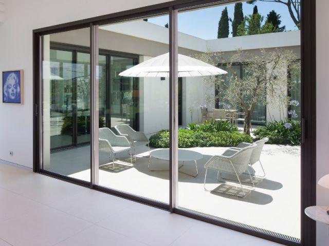 maison d 39 architecte une villa moderne aux vues traversantes video. Black Bedroom Furniture Sets. Home Design Ideas