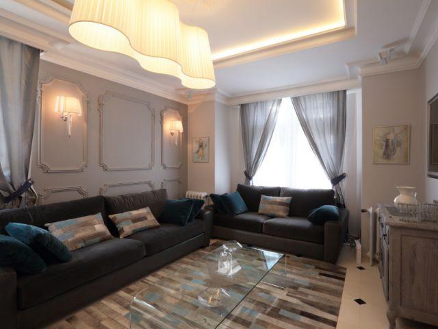 Un salon mêlant meubles d'époque et déco contemporaine - Une maison familiale du 19ème siècle allie style Louis XV et décoration contemporaine