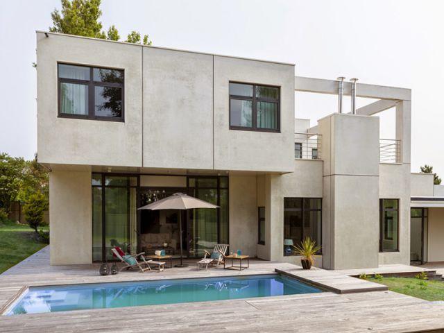 Maison d 39 architecte une villa cubique au charme naturel for Construction maison cubique prix