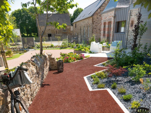 Am nager une cour moderne avec une composition de graviers color s - Comment amenager une petite cour ...