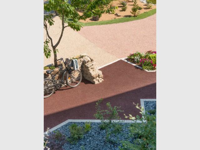 am nager une cour moderne avec une composition de graviers. Black Bedroom Furniture Sets. Home Design Ideas