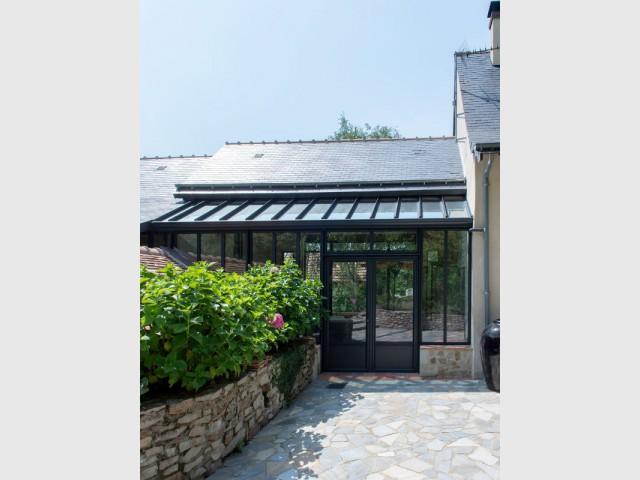 Fabulous Extension maison : une véranda imbriquée entre 3 bâtiments existants JR95