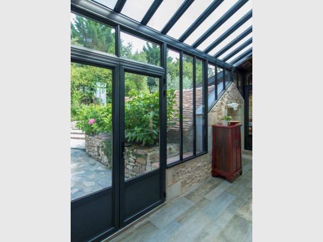 extension maison une v randa imbriqu e entre 3 b timents. Black Bedroom Furniture Sets. Home Design Ideas