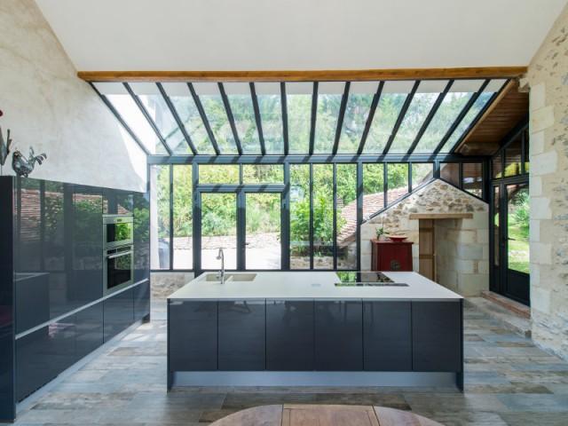 Super Extension maison : une véranda imbriquée entre 3 bâtiments existants IG48