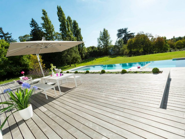 Une piscine se d verse sur un jardin verdoyant for Piscine miroir cout