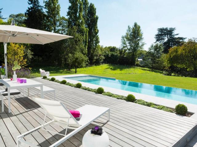 Une piscine se d verse sur un jardin verdoyant for Bassin a debordement