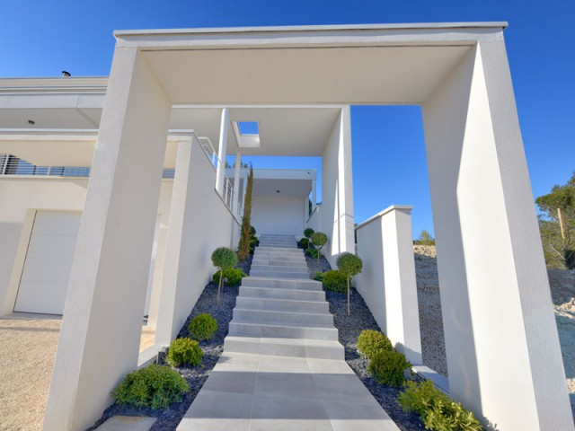 Une villa moderne encastr e dans la roche for Photo entree maison moderne