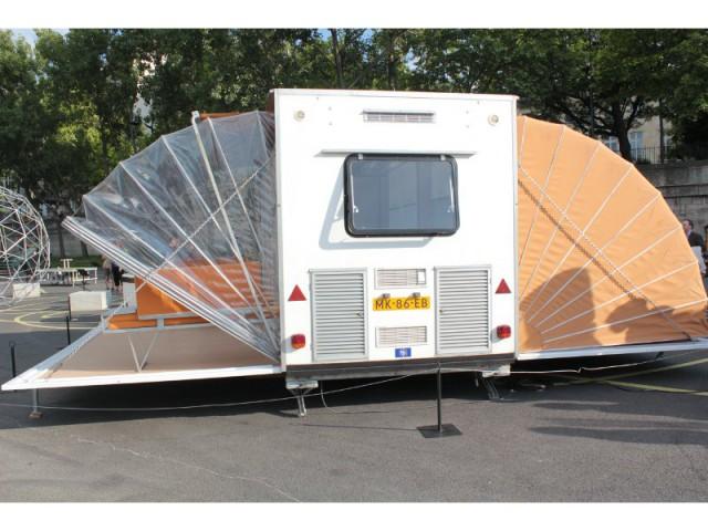 une caravane papillon qui se transforme en maison. Black Bedroom Furniture Sets. Home Design Ideas