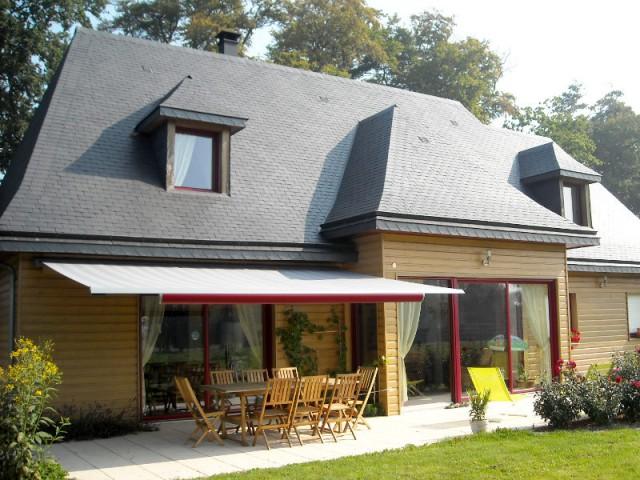 Terrasse 10 stores en harmonie avec la fa ade de la maison for Fenetre de toit terrasse