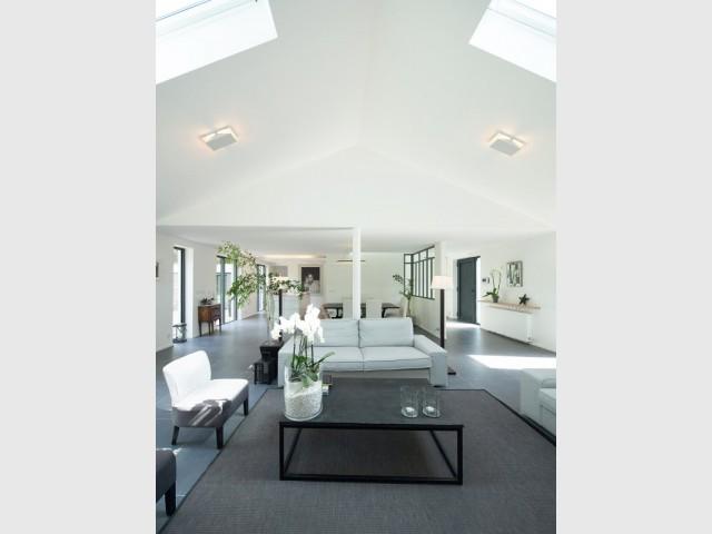 Un salon lumineux avec un grand volume - Surélévation d'un pavillon francilien