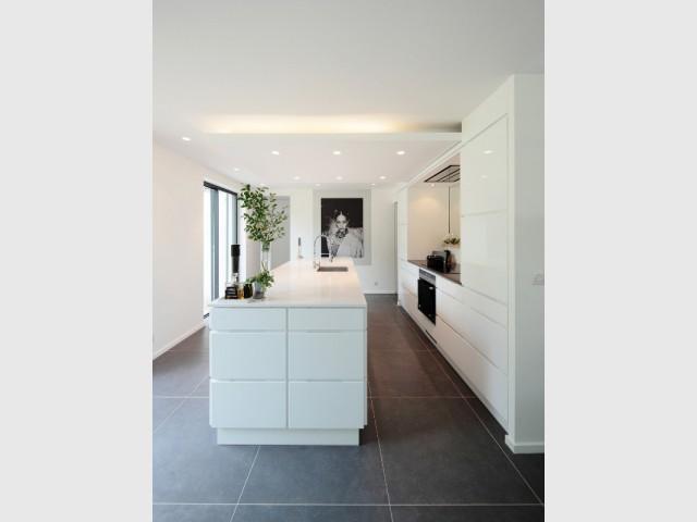 Une cuisine ouverte, épurée et contemporaine - Surélévation d'un pavillon francilien