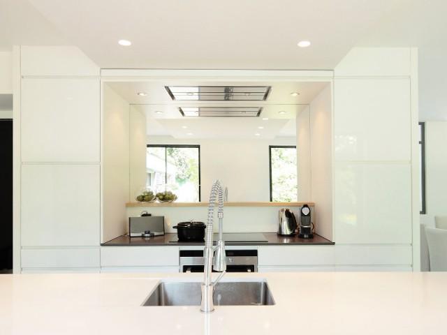 Un miroir dans la cuisine pour apporter encore plus de lumière - Surélévation d'un pavillon francilien