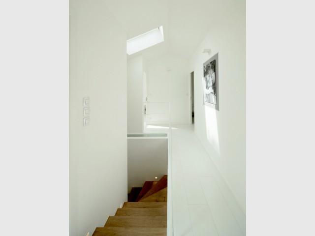 A l'étage, des puits de lumière pour éclairer le rez-de-chaussée - Surélévation d'un pavillon francilien