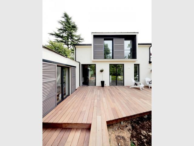 Une terrasse en bois pour ouvrir la maison sur l'extérieur - Surélévation d'un pavillon francilien