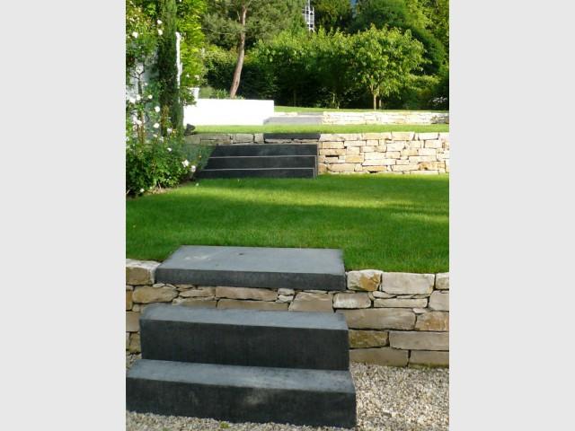 avant apr s 4 terrasses pour structurer un jardin en pente. Black Bedroom Furniture Sets. Home Design Ideas