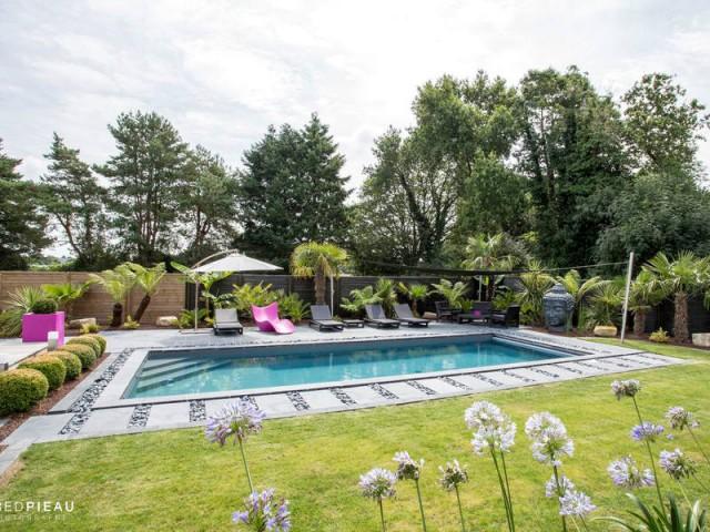 Plong e dans une piscine zen en bretagne - Decoration autour de la piscine ...
