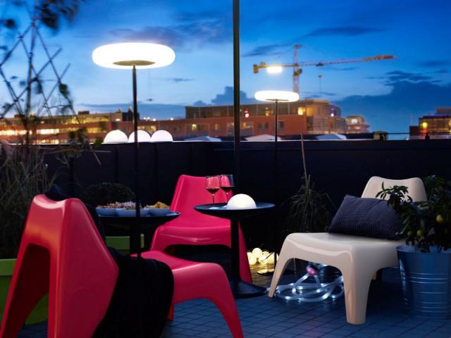 Des boules lumineuses pour une terrasse urbaine - Eclairer son jardin l'été