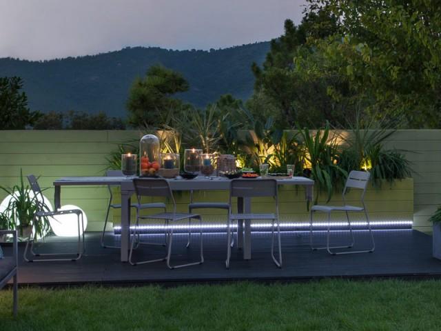 Des lampes dans les jardinières pour un jardin convivial - Eclairer son jardin l'été
