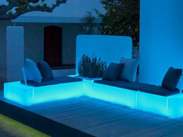 Du mobilier rétroéclairé pour un jardin futuriste - Eclairer son jardin l'été