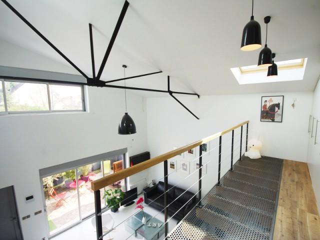 1 hangar transform en 1 loft a rien au style industriel. Black Bedroom Furniture Sets. Home Design Ideas