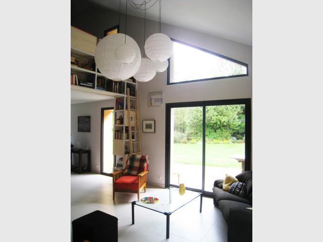Un salon biblioth que lumineux gr ce une fen tre for Fenetre triangulaire