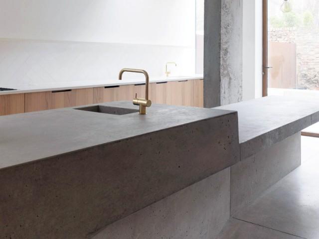 Une extension contemporaine acier et béton sur une maison