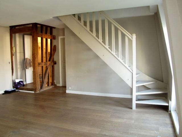 Une cuisine fermée et des poutres apparentes - Avant/après : un duplex valorisé et optimisé