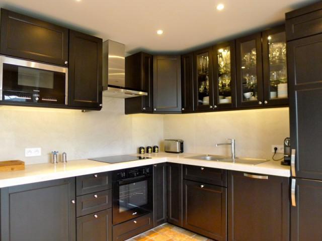 Une cuisine optimisée avec beaucoup de rangements - Avant/après : un duplex valorisé et optimisé