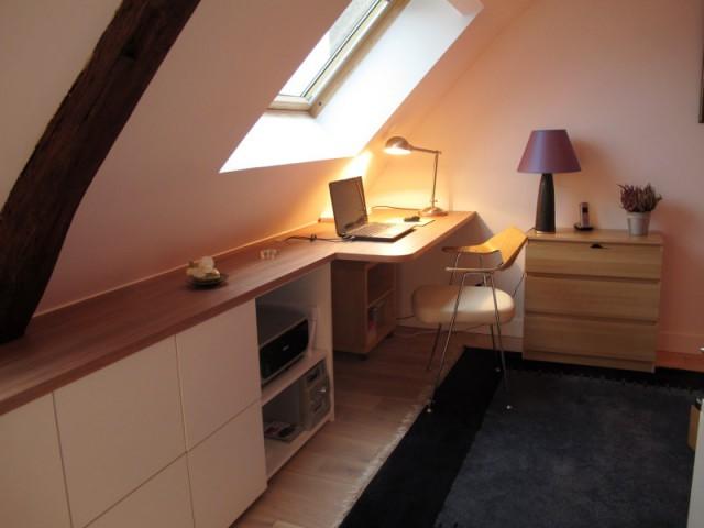 Un bureau en prolongement du placard - Avant/après : un duplex valorisé et optimisé