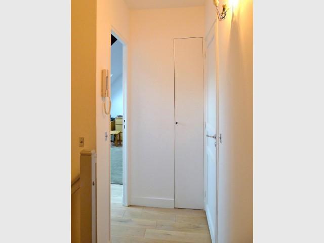 Une partie de la salle de bains devient un placard astucieux - Avant/après : un duplex valorisé et optimisé